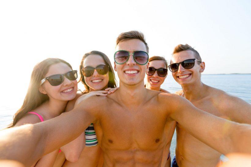 Jeunes sel-fie à la plage