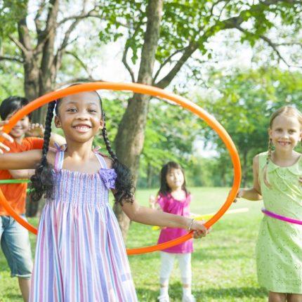 Enfants qui jouent dans un parc