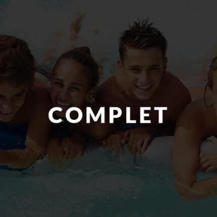 Groupe d'ado à la piscine en colonie de vacances