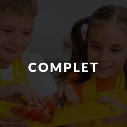 Enfants qui coupent des tomates bios