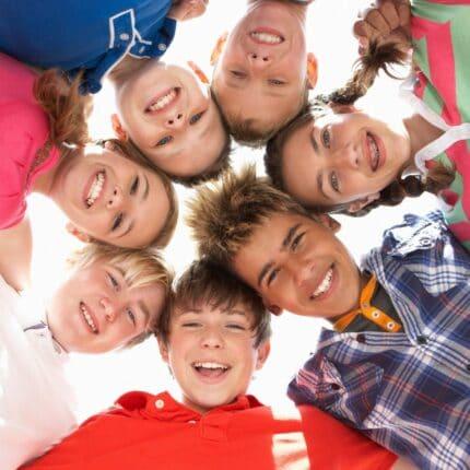 Enfants unis en colonie de vacances