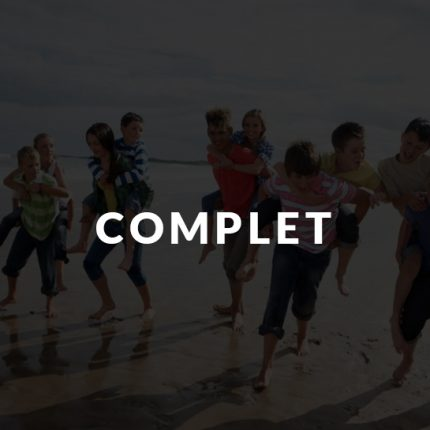 Groupe d'ados qui joue à la plage en colonie de vacances avec Destineo