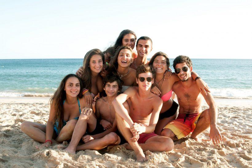 Groupe d'ados sur la plage