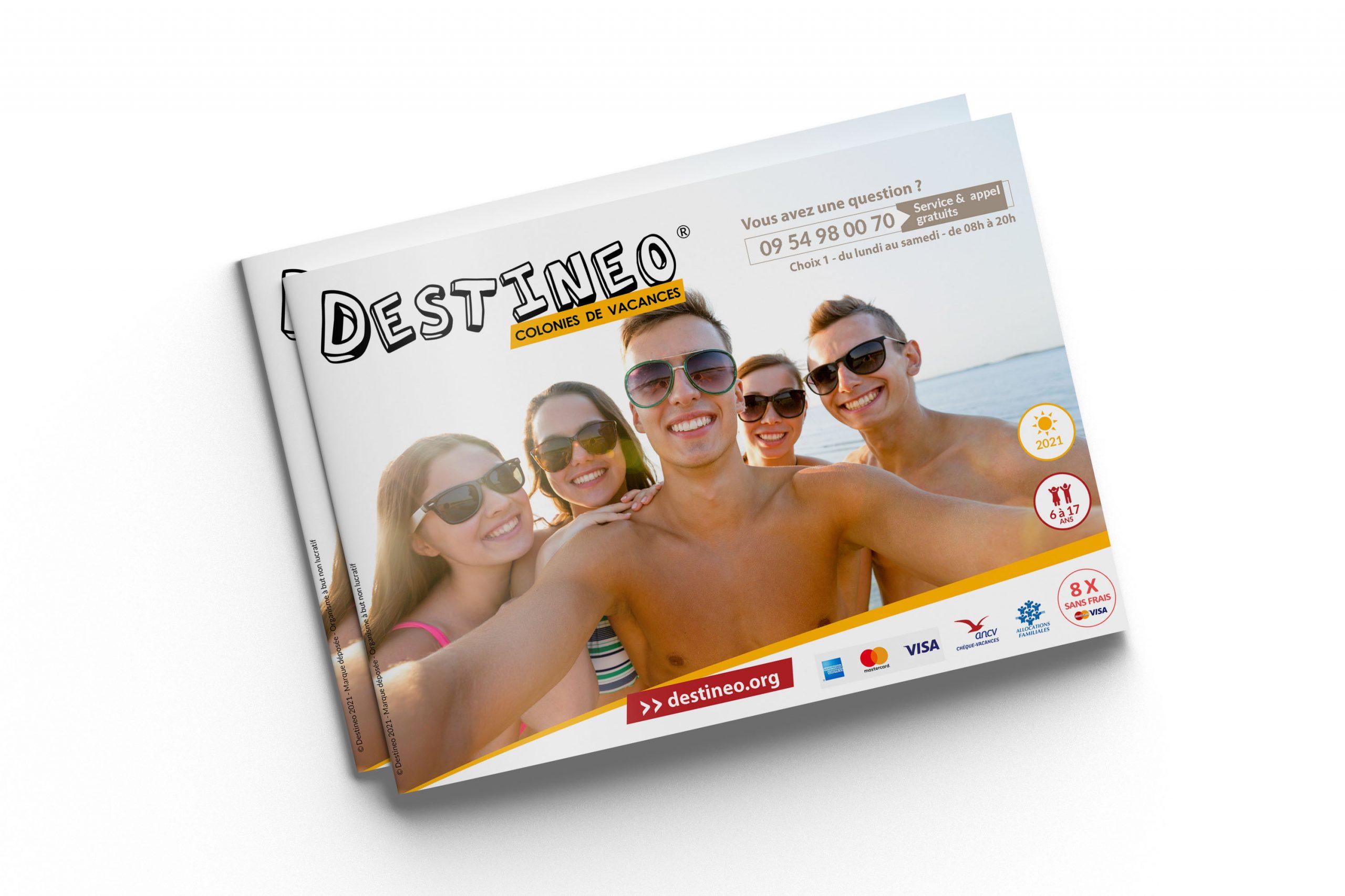 Présentation de la brochure des colonies de vacances de Destineo